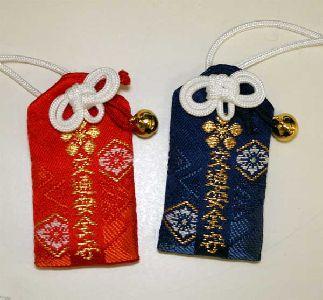 神社やお寺で売られている鈴のついた「お守り」の画像