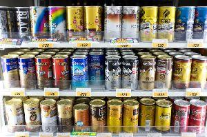 缶コーヒーが並んだ棚の画像