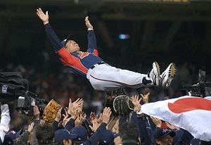 野球優勝時の胴上げの画像