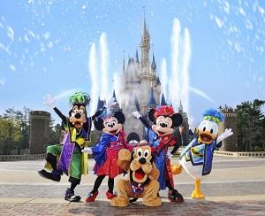 ミッキー、ミニーなど東京ディズニーランドのキャラクターたちが集合した写真の画像