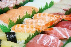 大皿に盛られた握り寿司の写真画像