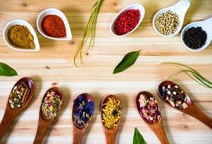 カレー料理に使われる香辛料の数々を示す写真画像