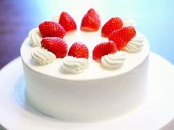 切り分ける前のショートケーキの画像