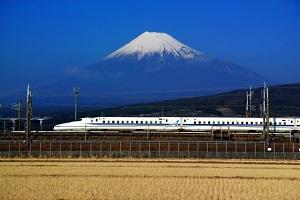 新幹線のバックに広がる富士山の写真画像