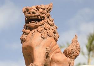 沖縄の家屋の屋根に置かれている「シーサー」の画像