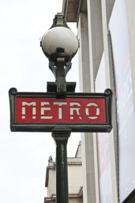 フランスの地下鉄メトロの駅入口標識画像