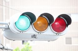 青が点灯している信号機(いわゆる青信号)の写真画像