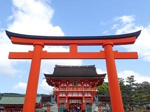 神社の赤い鳥居画像