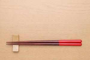 食卓に置かれた箸の写真画像