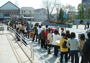 よく見られる長い行列に並ぶ光景の画像