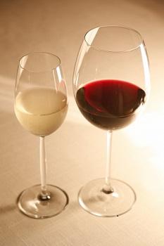 赤ワインと白ワインの入ったグラス画像