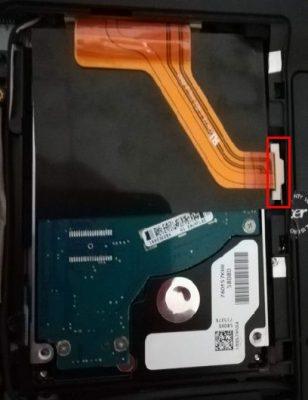 ノートパソコン裏側にあるハードディスク収納部の内部写真画像