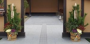 玄関の左右に立てられた「門松」の写真画像