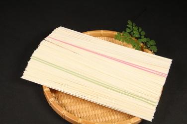 「ひやむぎ」の中に、赤や緑の色つき麺が混じっている写真2